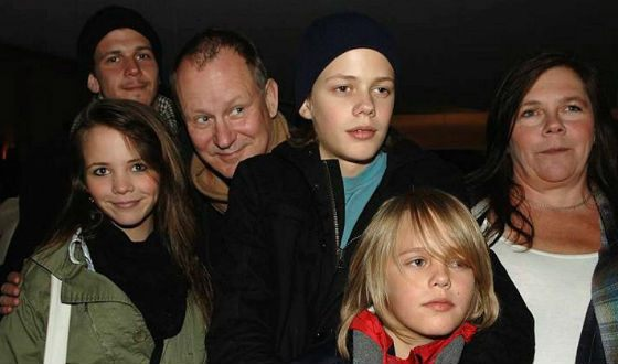 Bill Skarsgård (third from the right) with his family at the premiere of