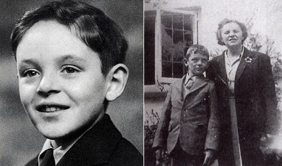 Anthony Hopkins in childhood (from the right in the photo with his mother)