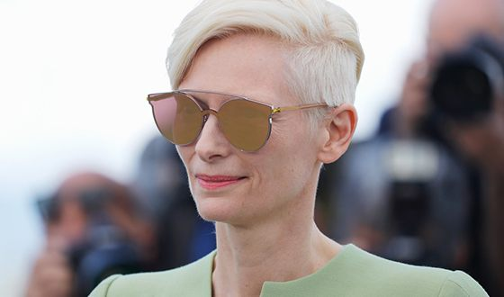 Tilda Swinton loves large sunglasses