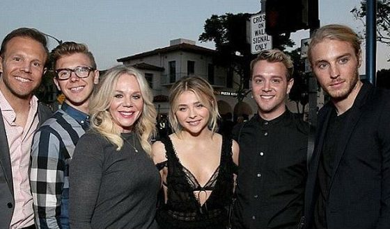 Chloë Grace Moretz with her Mom and brothers
