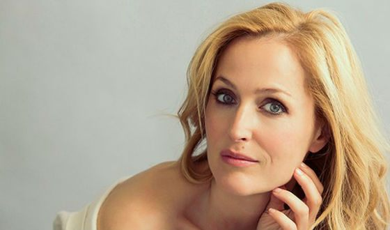 Gillian Anderson dyed her hair blonde