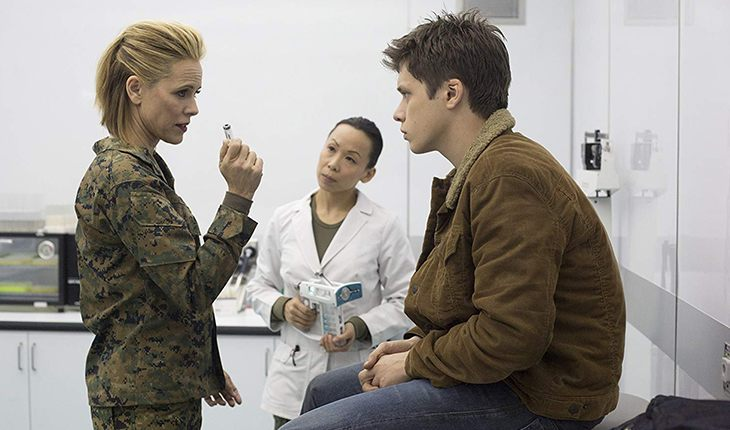 Maria Bello and Nick Robinson in The 5th Wave